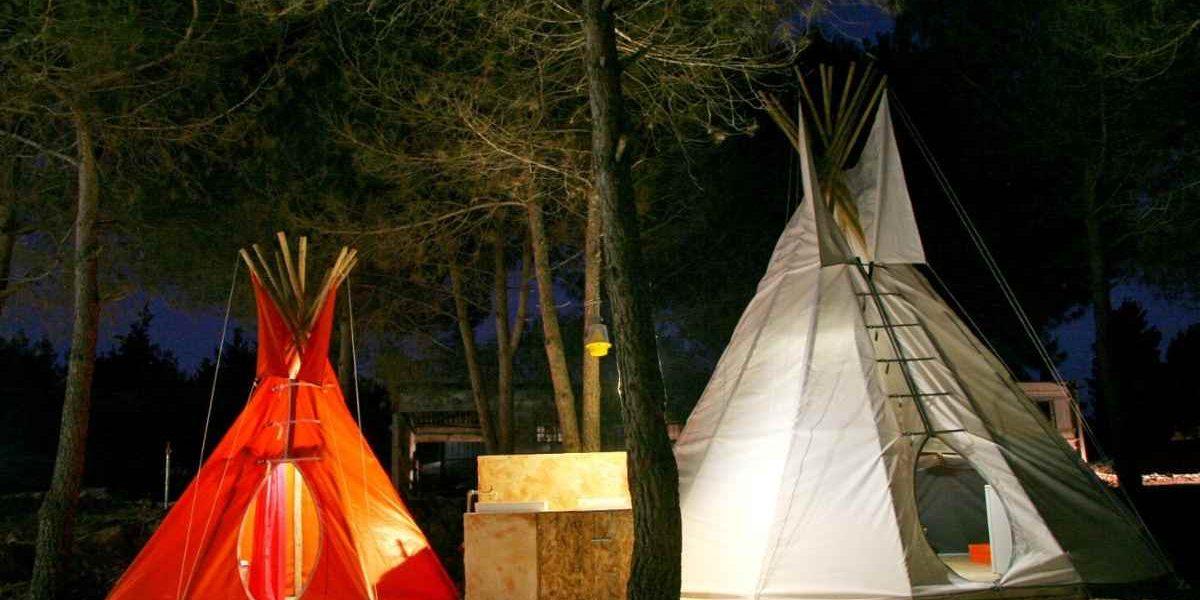 אוהל גדול בלילה