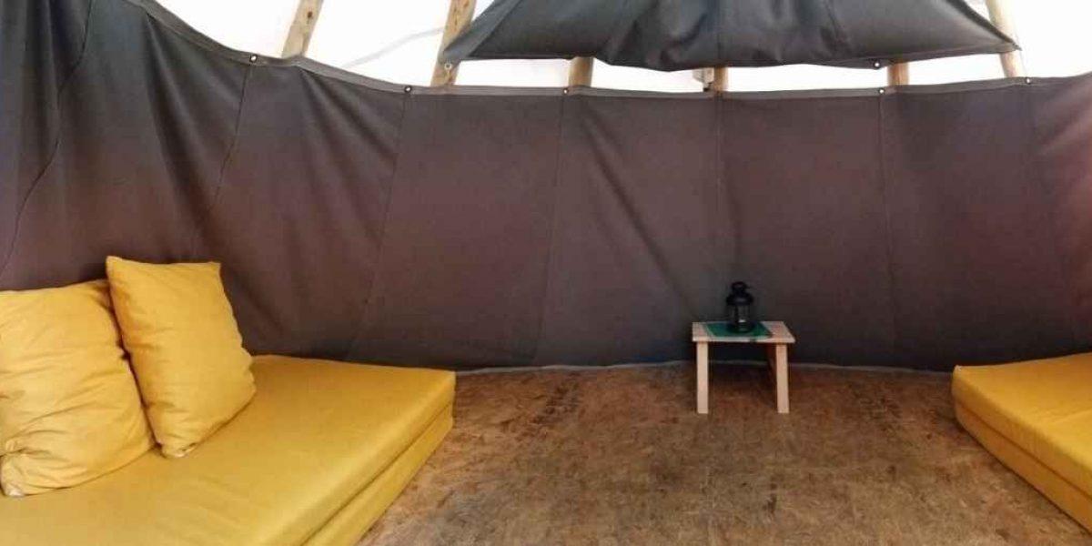 מזרונים צהובים באוהל קטן